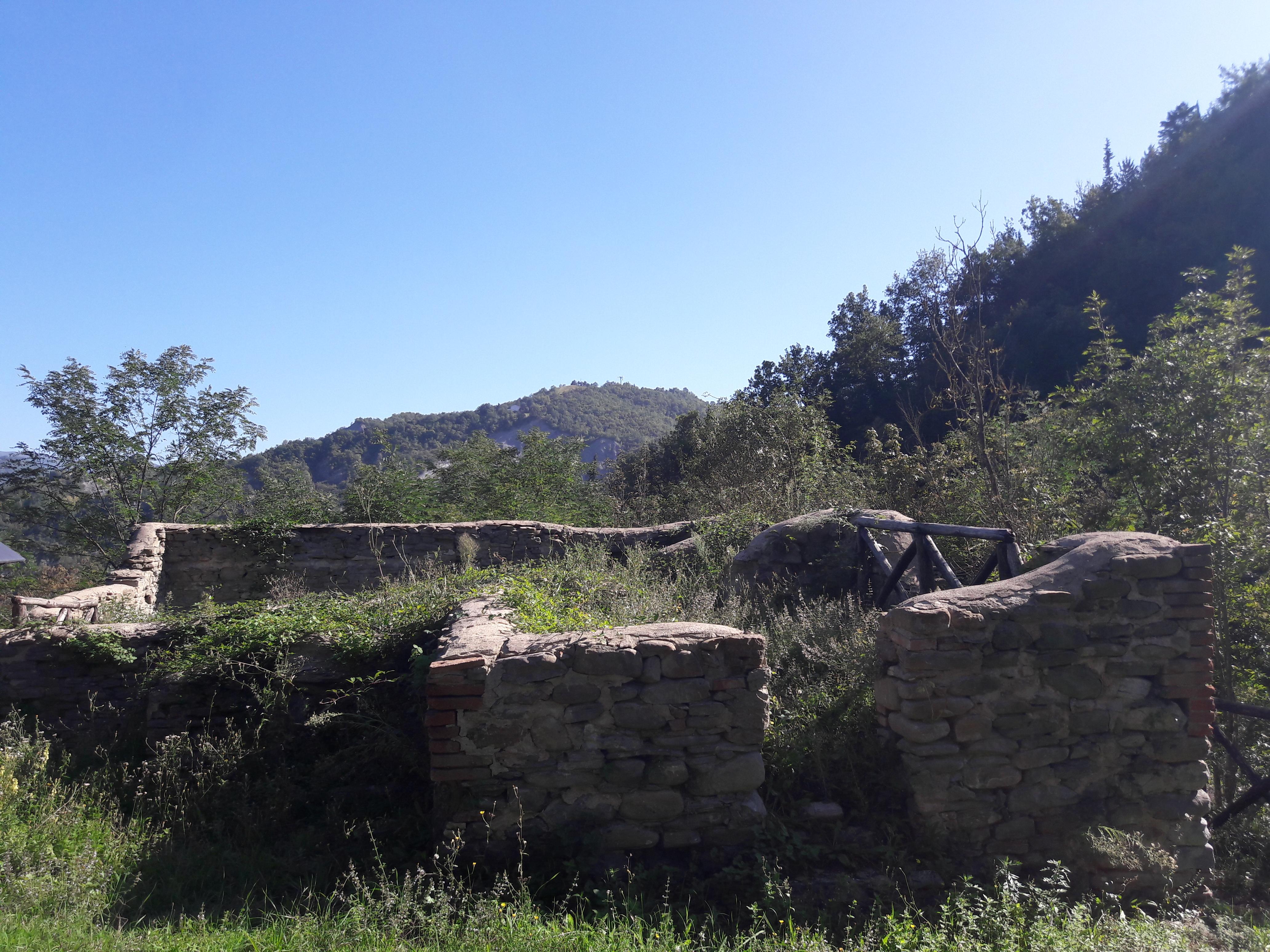 Rudere lungo il percorso delle marmitte dei giganti di Sarsina